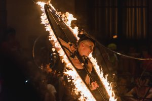 "Feuershow der Gruppe ""Flame Flowers"""